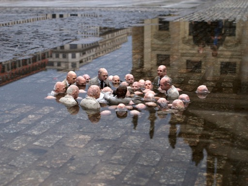 Politicians discussing global warming - Sculpture by Isaac Cordal